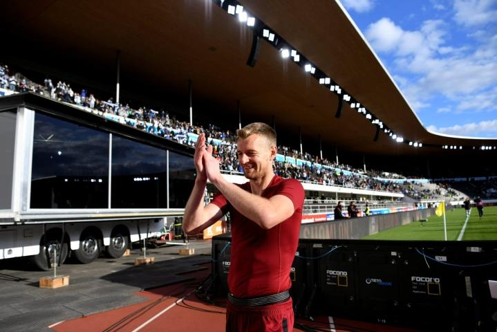 Lukas Hradecky iloitsi Suomi-Kazakstan-ottelun voitosta viikonloppuna Helsingin Olympiastadionilla. LEHTIKUVA / ANTTI AIMO-KOIVISTO