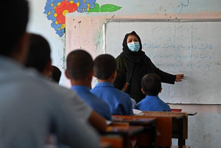 Koulunkäyntiä elokuun lopulla Kabulissa. Koulujärjestelmä on maassa vakavan uhan alla, järjestö arvioi. Lehtikuva/AFP