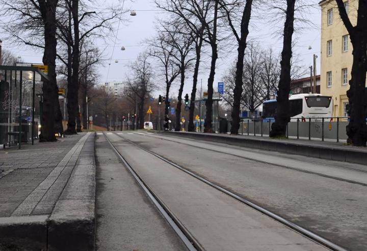 Helsingin poliisi epäilee raitiovaunun kuljettajaa törkeästä liikenneturvallisuuden vaarantamisesta ja törkeästä kuolemantuottamuksesta tapauksessa, jossa raitiovaunu törmäsi 12-vuotiaaseen poikaan viime marraskuussa. Kuva onnettomuuspaikalta. LEHTIKUVA / Emmi Korhonen