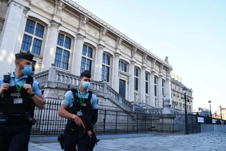 Ranskalaiset santarmit vartioivat Pariisin Palais de Justice -rakennusta, jossa oikeudenkäynti on alkanut. LEHTIKUVA / AFP