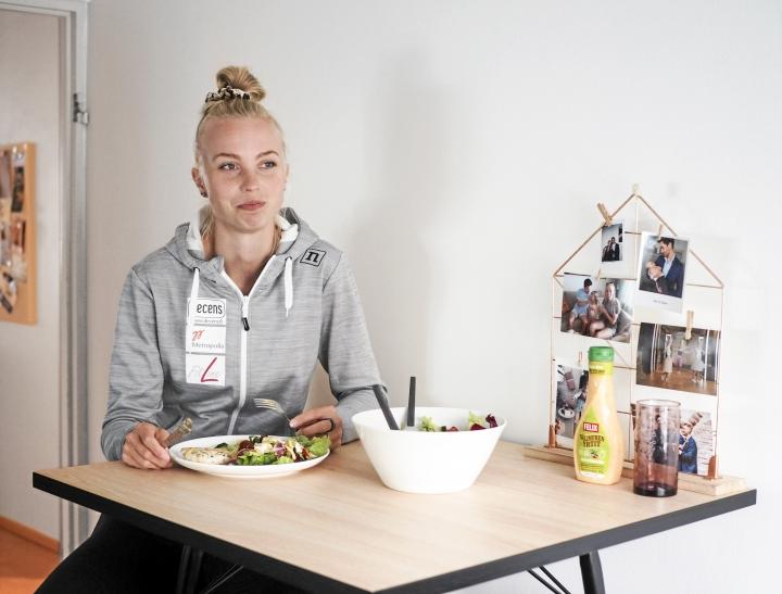 Heta Tuuri syö kevyen lounaan ja hieman tuhdimman päivällisen. Lounaaksi on usein salaattia.