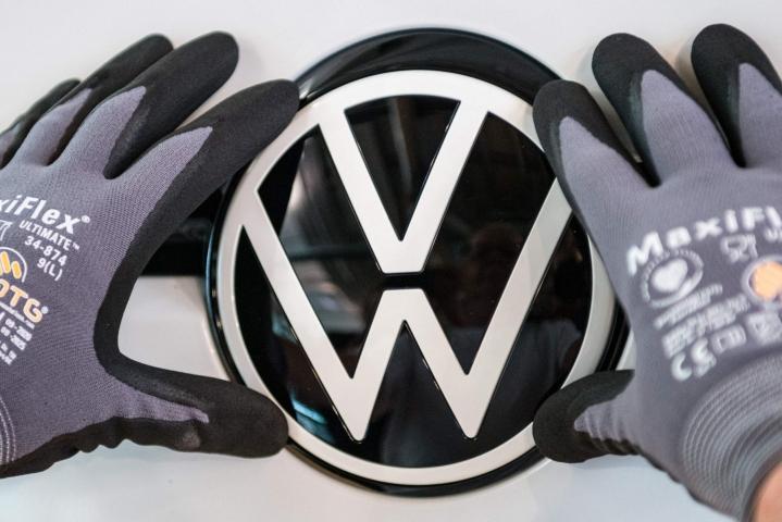 Euroopan unioni kehottaa autovalmistaja Volkswagenia maksamaan korvauksia kaikille eurooppalaisille asiakkailleen niin kutsutun dieselgate-päästöskandaalin vuoksi. LEHTIKUVA/AFP