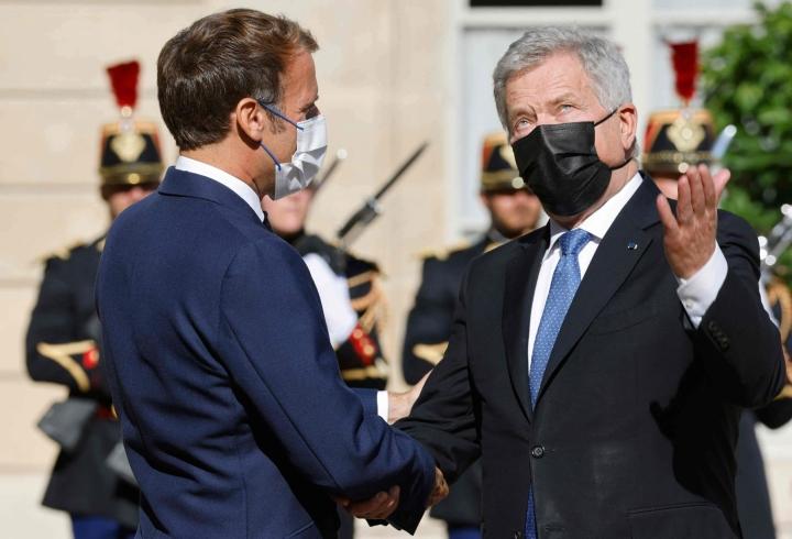 Presidentti Emmanuel Macron (vas.) otti tiistaina Pariisissa vastaan suomalaiskollegansa Sauli Niinistön. LEHTIKUVA / AFP