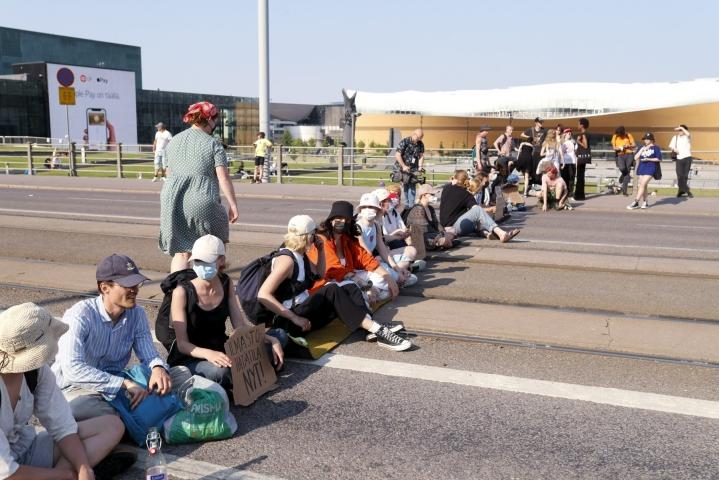 Ympäristöliike Elokapinan mielenosoittajat istuivat Mannerheimintiellä kesäkuussa. LEHTIKUVA / Roni Rekomaa
