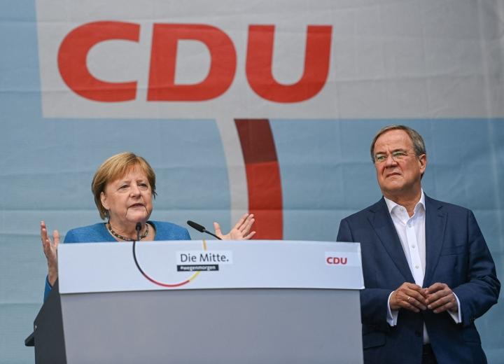 Laschetin (kuvassa oikealla) rinnalla tämän kotikaupungissa Aachenissa esiintynyt Merkel korosti ilmastonmuutoksen torjunnan tärkeyttä päivä sen jälkeen, kun Saksassa ja muualla maailmassa oli järjestetty laajoja ilmastomielenilmauksia. LEHTIKUVA/AFP