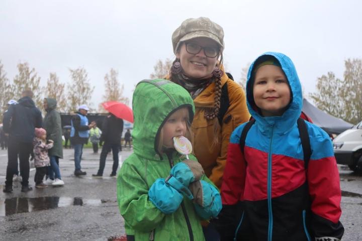 Joensuulainen Sonja Kortelainen, 39, kertoo, että 4-vuotias Siiri ja 6-vuotias Sampo saivat valita, mihin markkinarahansa käyttivät. Siiri osti tikkarin. Sampo osti makkaran, mutta se on jo syöty.