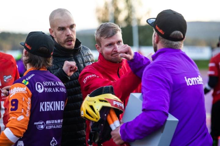 JoMan Aleksi Rautiainen ja pelinjohtaja Petri Pennanen onnittelivat rehdisti Jymyn tähtipelaajaa Roope Korhosta, joka oli puolivälieräsarjassa kovassa lyönnissä.