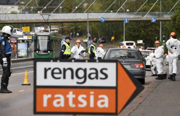 Rengasratsia-kampanjan aikana poliisi tarkastaa henkilö- ja pakettiautojen renkaiden kuntoa tien päällä järjestetyissä valvontaratsioissa, joissa myös autonkuljettajille jaetaan tietoa renkaiden vaikutuksesta ajoturvallisuuteen. LEHTIKUVA / MARKKU ULANDER