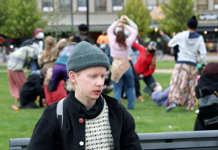 Samuli Gröhn ja muut elokapinalaiset vaativat Joensuuhun kaupunkipuistoa.