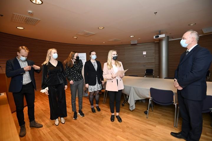 Kansalaisaloite, jossa vaaditaan kouluväkivallan kirjaamista rikoslakiin luovutettiin keskiviikkona eduskunnalle. LEHTIKUVA / Markku Ulander
