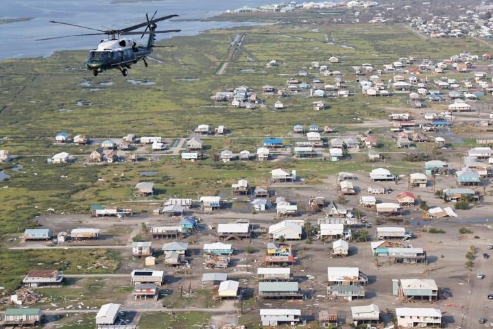 Presidentti Joe Biden tutkaili hurrikaani Idan tuhoja perjantaina helikopterista käsin. Lehtikuva/AFP