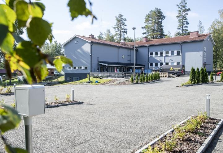 Entinen koulupiha on muuttanut muotonsa täydellisesti, kun asvaltin tilalla on karavaanarien parkkiruudut, istutukset ja terassi.