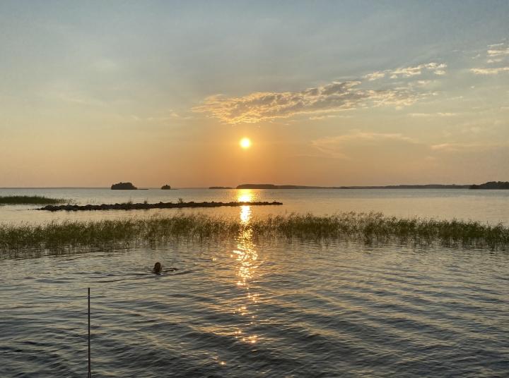 Auringonlasku Pyhäselällä kesän helteisimmän päivän päätteeksi 11. heinäkuuta