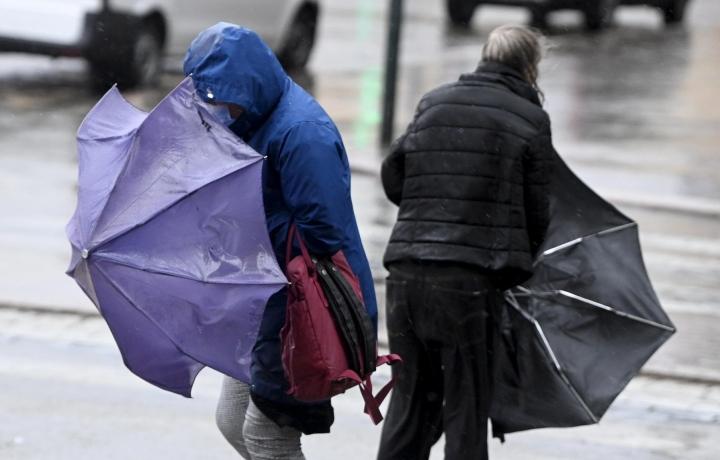 Sateenvarjoille on maanantaina käyttöä lähes koko maassa. LEHTIKUVA / VESA MOILANEN