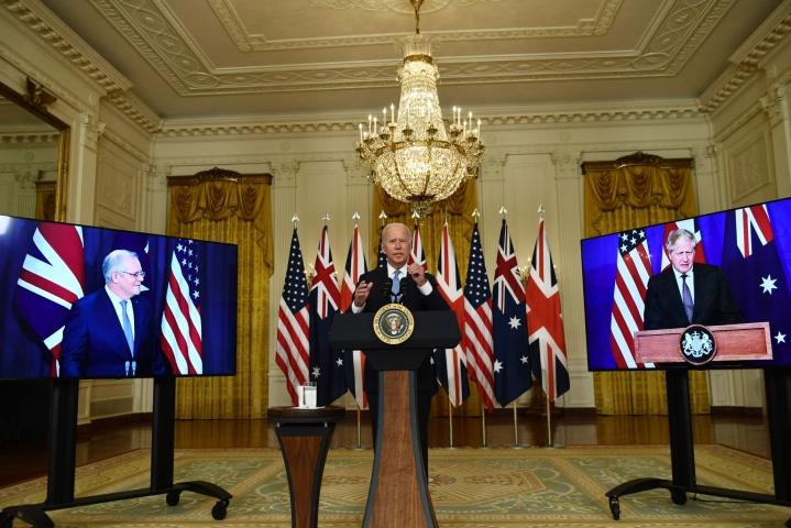 Biden ilmoitti yhteistyön tiivistämisestä Morrisonin (vas.) ja Johnsonin (oik.) kanssa. Lehtikuva/AFP