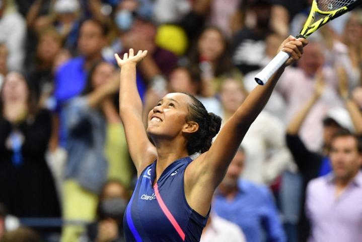 Kanadan Leylah Fernandez (kuvassa) ällistytti tennismaailmaa edellisessä ottelussaan kaadettuaan turnauksen ykkössijoitetun Japanin Naomi Osakan. Lehtikuva/AFP