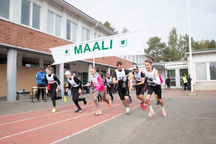 Keväältä siirretyssä Malmijuoksussa oli poikkeuksellisen vähän juoksijoita. Etualalla pääsarjojen juoksijat Arttu Vattulainen (oikealla), Jarkko Siltakorpi lippalakissaan, Tomi Ronkanen ja Laura Karkkulainen (numero 1).