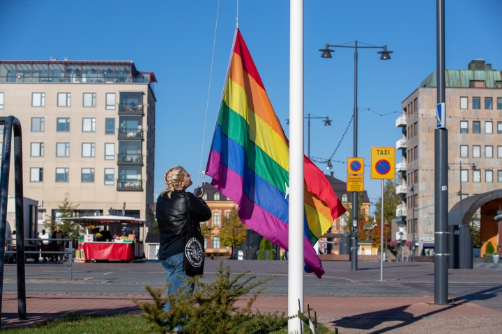 Liput nostettiin Joensuun keskustaan keskiviikkoaamuna Pride-viikon alkamisen merkiksi.