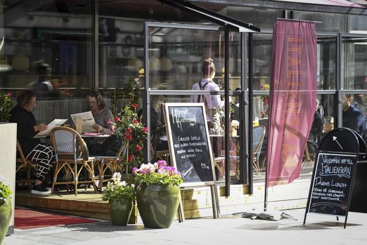 Ruotsissa ravintoloilta poistuvat aukioloaikoja ja pöytäseurueiden kokoa rajoittavat koronasääntelyt. Kuva on Tukholmasta syyskuun alusta. LEHTIKUVA / Emmi Korhonen