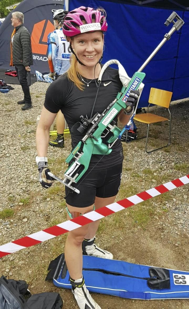 Suvi Minkkinen osoitti olevansa kovassa syyskunnossa voittamalla viikko sitten kaksi rulla-ampumahiihdon SM-kultaa.