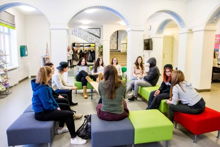 Hammaslahden koulu toimii tällä hetkellä perinteikkään opiston tiloissa Niittylahdessa. Arkistokuvassa näyttelijäntyön opiskelijoita ennen alakoululaisten tuloa.