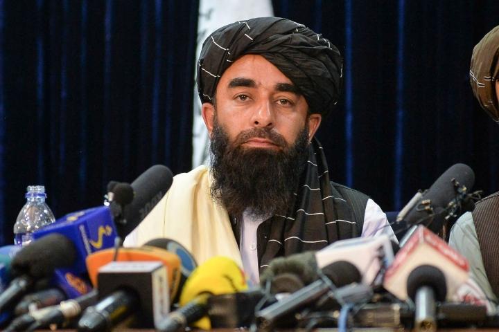 Monet toimittajat Afganistanissa ovat hengenvaarassa. Kuvassa Taleban-liikkeen edustaja Zabihullah Mujahid lehdistötilaisuudessa elokuussa. LEHTIKUVA / AFP