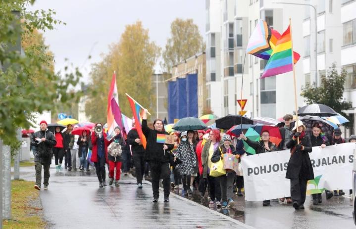 Joensuun Pride-kulkueeseen osallistui tänä vuonna noin 350 marssijaa.