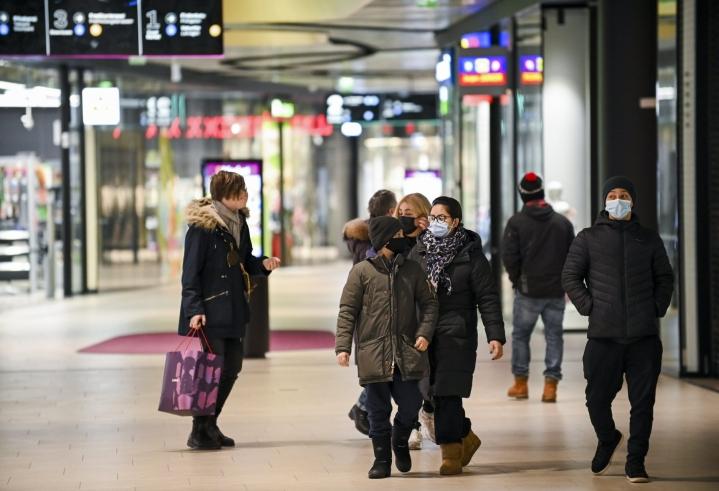 Maskia suositellaan käytettävän julkisissa sisätiloissa ja erityisesti julkisessa liikenteessä. LEHTIKUVA / MARKKU ULANDER