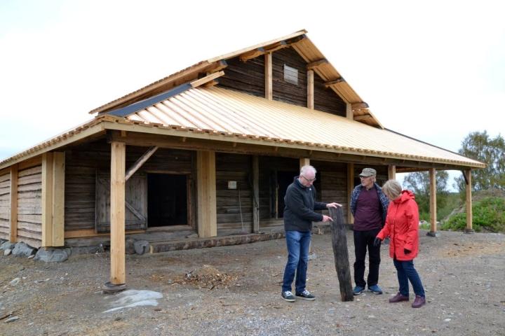 Rauno Ratilainen (vas.), Kalevi Mielonen ja Hilkka Hiltunen tarkastelevat vanhaa kattolautaa, joka kertoo, että riihessä on aiemminkin ollut jossain vaiheessa lautakatto.