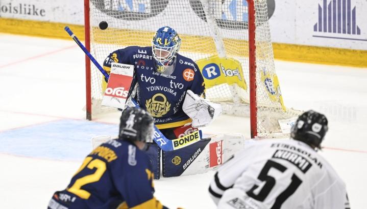 TPS:n Markus Nurmi (oik.) tekee joukkueen viidennen maalin Lukon maalivahdin Lassi Lehtisen taakse jääkiekon Liigan kauden avausottelussa. LEHTIKUVA / HEIKKI SAUKKOMAA
