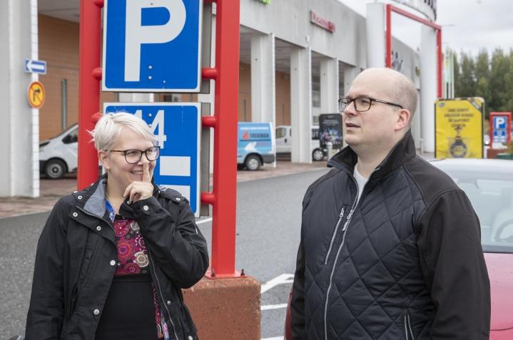 Tanja Immonen ja John Niemi yrittävät ostaa mahdollisimman hyvin tarpeen mukaisesti.
