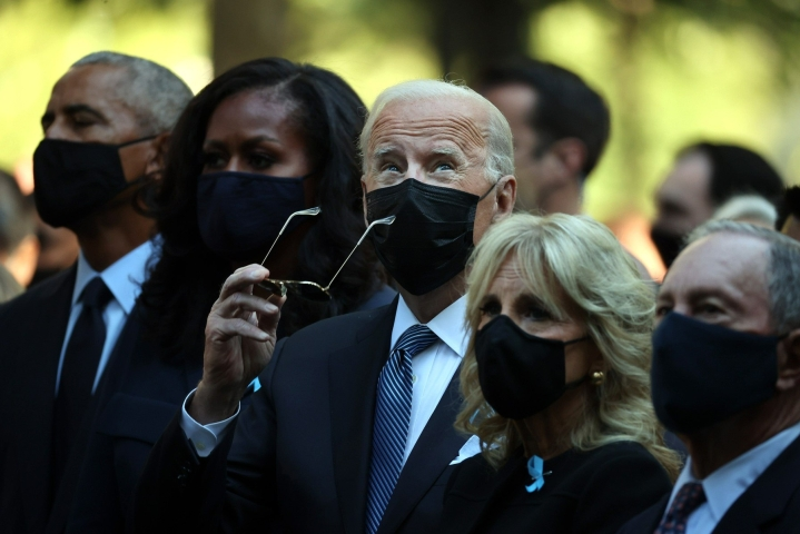 Yhdysvaltain entinen presidentti Barack Obama (vas.) ja Michelle Obama, presidentti Joe Biden ja Jill Biden sekä New Yorkin pormestari Michael Bloomberg osallistuivat WTC-iskujen muistotilaisuuteen New Yorkissa. LEHTIKUVA/AFP