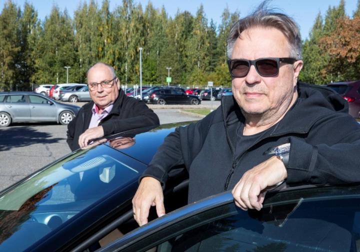 AKK:n puheenjohtaja Jarmo Mahonen on viettänyt viikonloppua Joensuun seudulla AKK Sportsin kontiolahtelaisen hallituksen jäsenen Esko Mäkisen (vas.) seurassa. – Esko oli idolini, kun hän ajoi aikoinaan menestyksekkäästi rallicrossia, Mahonen kertoi.