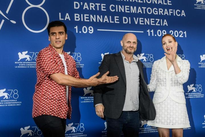 Israelilaisohjaaja Hagai Levin (kuvassa keskellä) tulkinnassa näyttelevät Jessica Chastain (oik) ja Oscar Isaac. LEHTIKUVA/AFP