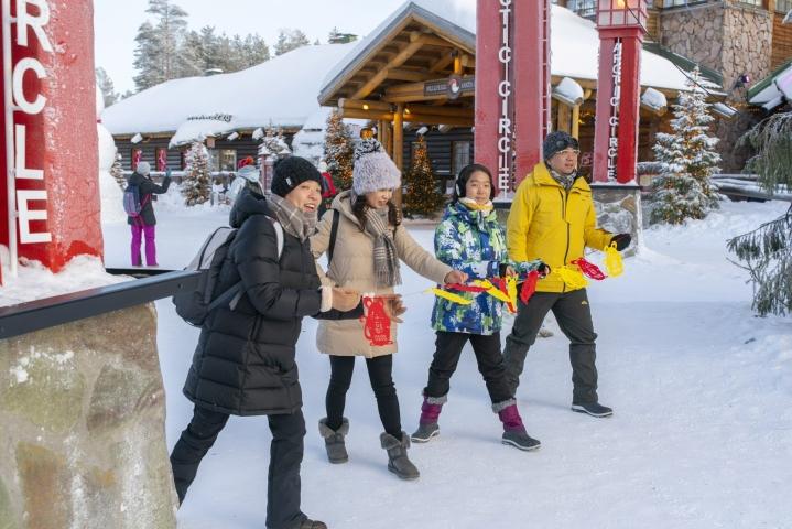 Matkailuala katsoo, että kireät maahantulosäännökset vaarantavat matkailun orastavan elpymisen koronapandemiasta ja samalla joulun matkailusesongin, jonka onnistumisella olisi suuri merkitys etenkin Lapissa. LEHTIKUVA / Kaisa Siren