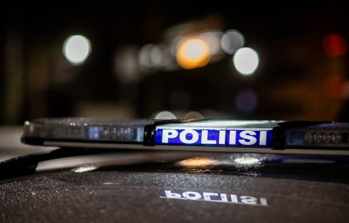 Poliisi turvasi ylioppilaskunnan soihtukulkuetta itsenäisyyspäivänä 2019.