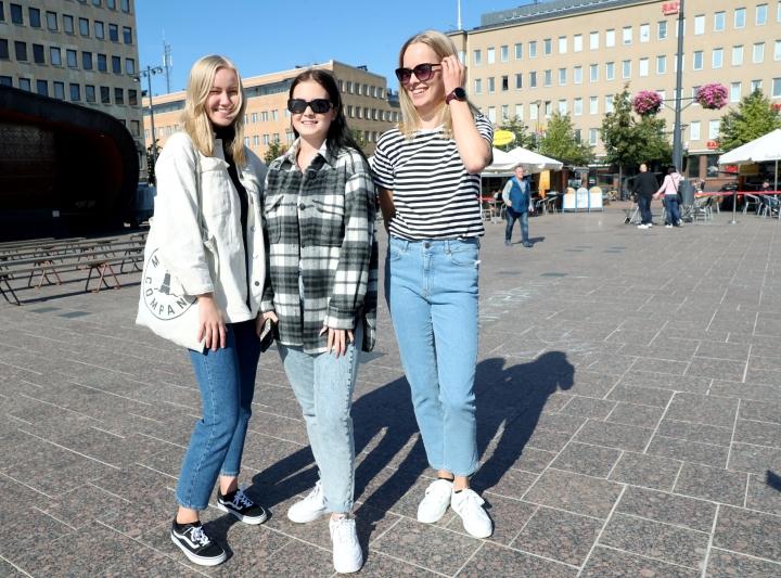 Nanni Kuivalainen (vas.), Enna Teitto ja Katriina Nyrhinen saavat trendeistä inspiraatiota omaan pukeutumiseensa.