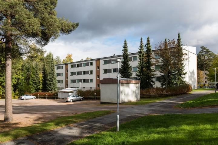 Kanta-Hämeen käräjäoikeus vangitsi tiistaina 37-vuotiaan miehen todennäköisin syin epäiltynä murhan yrityksestä ja ampuma-aserikoksesta. Miehen epäillään ampuneen poliisia kerrostalon pihalla. LEHTIKUVA / Tomi Jokela