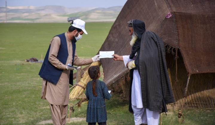 Afganistanilaisen Pen Path -järjestön vapaaehtoiset ovat matkustaneet Afganistanin syrjäseuduilla ja pyrkineet edistämään lasten pääsyä kouluun. LEHTIKUVA / HANDOUT.