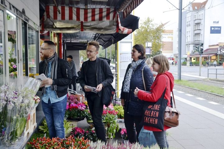Annika Klose (oik.), SPD:n ehdokas liittopäiville Mitten äänestysalueelta, kampanjoi Weddingin kaupunginosassa läntisessä Berliinissä 21. syyskuuta 2021, kuvassa myös Klosen tukijat Serkan Emek (vas.) ja Sonay Atac (2. oik.) sekä Berliinin paikallisvaaleissa ehdolla oleva Mathias Schulz. LEHTIKUVA / Heta Hassinen
