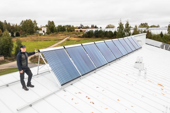 Timo Savinainen ja hänen hankkimansa aurinkolämmönkeräimet. Tyhjiöputket keräävät energiaa, tulipa auringon valo mistä hyvänsä.