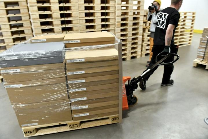 Saamelaisesineistöä on pakattu kuljetusvalmiiksi ja valmistellaan kuljetettavaksi kohti Saamenmaata ja Saamelaismuseo Siidaa. Lehtikuva / Heikki Saukkomaa