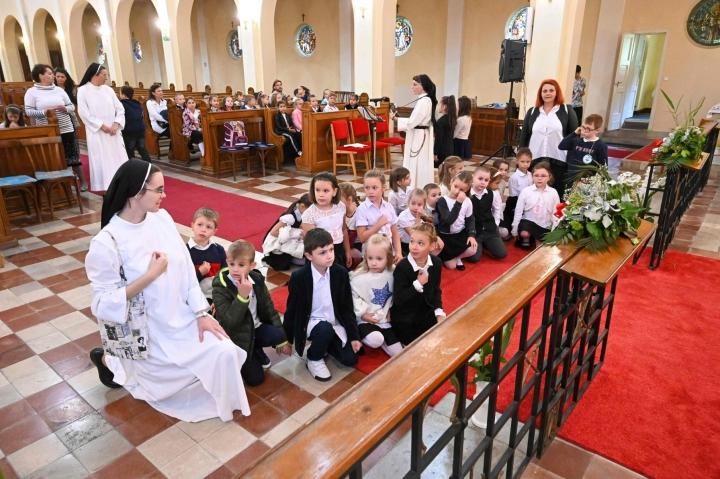 Nunnat pitivät rukoushetkeä lasten kanssa Liszt Ferencin esikoulussa Hodmezovasarhelyssä 1. syyskuuta.  LEHTIKUVA/AFP