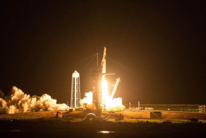 SpaceX:n raketti lähti matkaan Kennedyn avaruuskeskuksesta keskiviikkoiltana paikallista aikaa. Lehtikuva/AFP