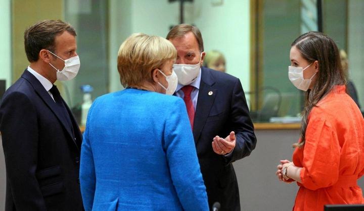 Saksan liittokansleri Angela Merkel (selin) poistuu myös EU-näyttämöltä ensi sunnuntain liittopäivävaalien jälkeen. EU:n huippukokouksessa heinäkuussa 2020 hän keskusteli muiden muassa Ranskan presidentti Emmanuel Macronin, Ruotsin pääministerin Stefan Löfvenin ja Suomen pääministerin Sanna Marinin kanssa.