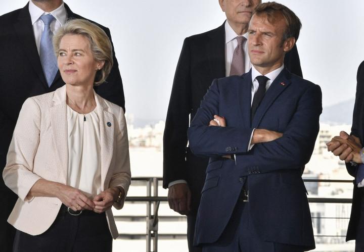 EU-komission von der Leyen (vasemmalla) on kritisoinut Ranskan kokemaa kohtelua Aukus-jupakassa. Sukellusvenekauppojen peruuntuminen on presidentti Macronille (oikealla) kova kolaus myös ensi vuoden vaaleja ajatellen. LEHTIKUVA/AFP