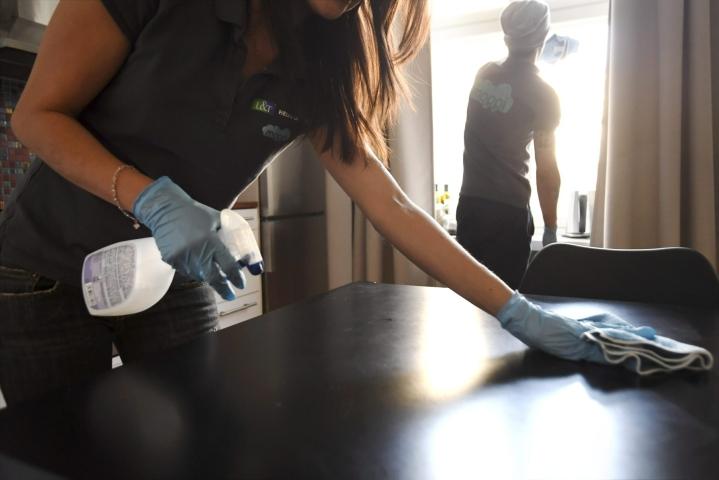 Pintojen pyyhkiminen voi auttaa estämään koronaviruksen leviämistä. Lehtikuva / Markku Ulander
