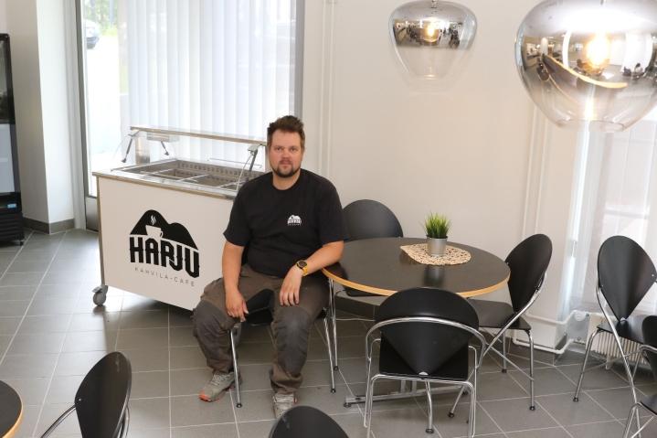 Kahvila Harjun sisustaminen oli keskiviikkona vielä kesken, mutta yrittäjä Toni Helander haluaa kahvilasta olohuonemaisen tilan.