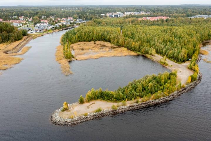 Marjalan kanavan suulla on satamalle laguunimainen aihio.