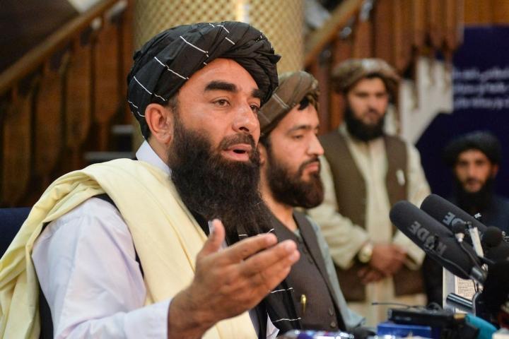Afganistania hallitseva Taleban-liike saattaa muodostaa maahan uuden hallituksen jo perjantaina. Kuvassa liikkeen tiedottaja Zabihullah Mujahid (vas.). LEHTIKUVA/AFP
